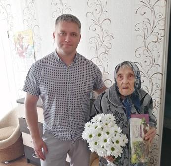 Депутат Олег Казаров поздравил Нораеву П.Г. с юбилеем